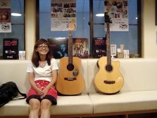 ギターとママさん.JPG